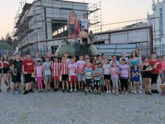 Deca iz Jasenova na fudbalskoj utakmici