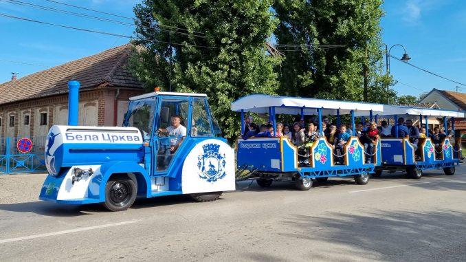 Djaci prvaci u voznji turistickim vozicem