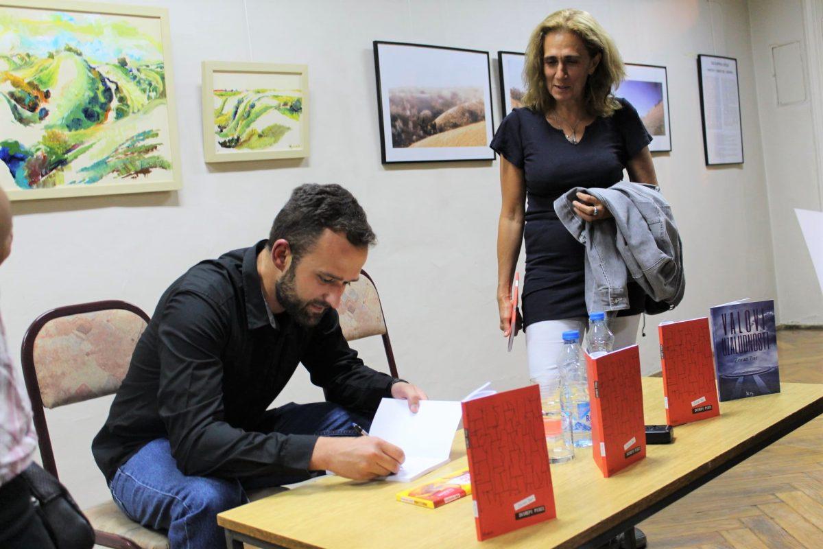 Zoran Bar potpisuje knjige